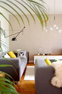 Teppich Unter Sofa : sanfte akzente durch eine farbige wand in hellen braun t nene kolorat wandgestaltung ~ Markanthonyermac.com Haus und Dekorationen