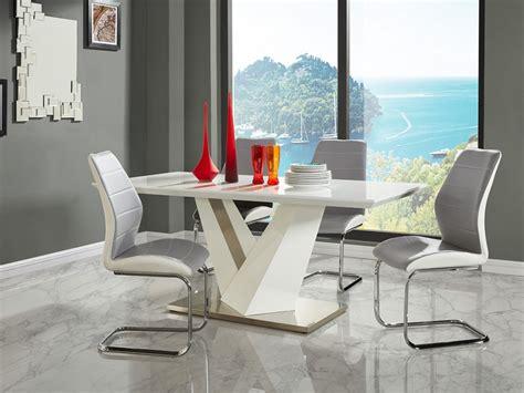 table gildas  couverts  chaises tylio blanc  gris