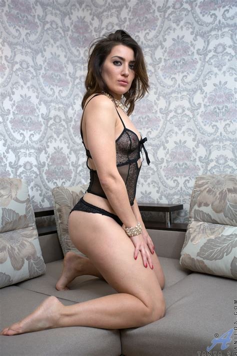 Stunning Housewife Teasingly Shows Her Big Round Ass