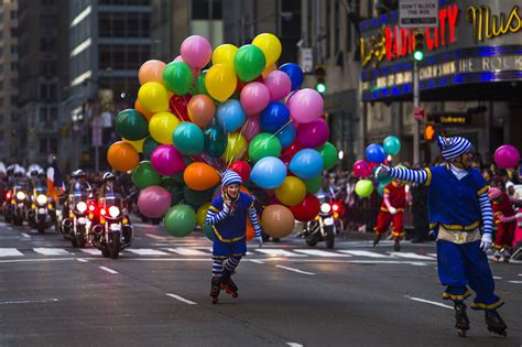 big balloons heavy security  nyc thanksgiving parade