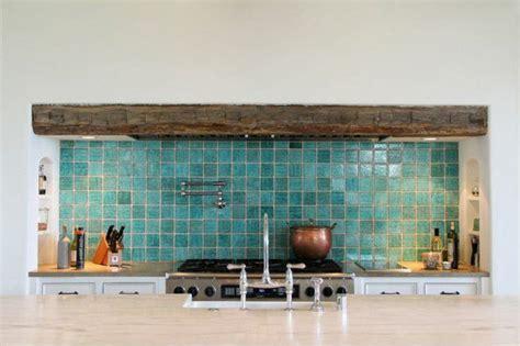 30 carrelage adhesif mural bleu clair pour la cuisine moderne avec meubles clairs de style