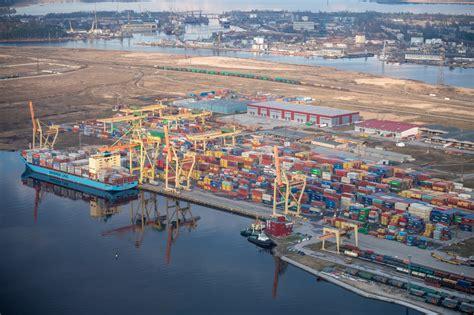Latvijas ostās pusgadā pārkrautas par 30% mazāk kravu ...
