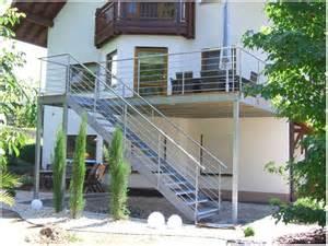 holz treppe balkon treppe holz selber bauen kreatives haus design