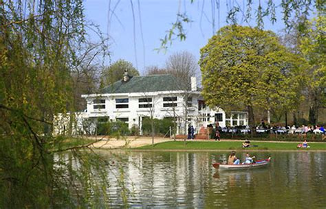 le chalet des 206 les sur le lac daumesnil dans le bois de vincennes