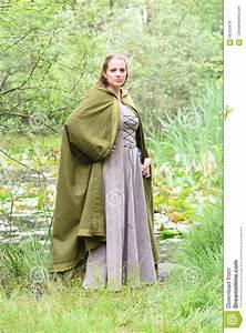 Kleidung Hochzeitsgast Frau : junge frau in der mittelalterlichen kleidung stockfoto bild 56103479 ~ Frokenaadalensverden.com Haus und Dekorationen