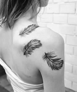 Tattoos Frauen Schulter : 55 cool feather tattoo designs ~ Frokenaadalensverden.com Haus und Dekorationen
