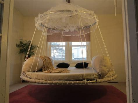 chambre avec lit rond le lit suspendu designs créatifs et incroyables
