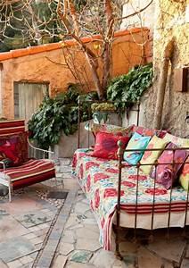 terrasse im bohemian stil das metallbett mit bunten With französischer balkon mit garten kissen