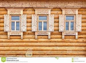 Windows Sulla Facciata Di Legno Della Casa Vecchio Stile