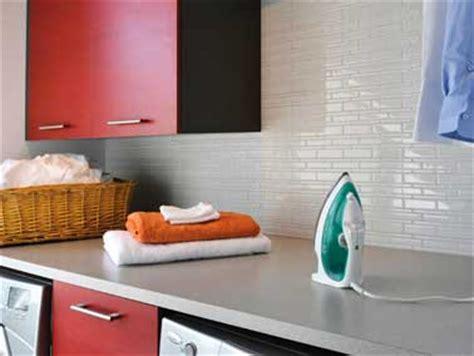 adhesif carrelage cuisine carrelage adhésif blanc sur crédence cuisine
