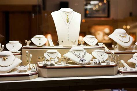 Choosing the right company when buying jewelry at fashion stores online