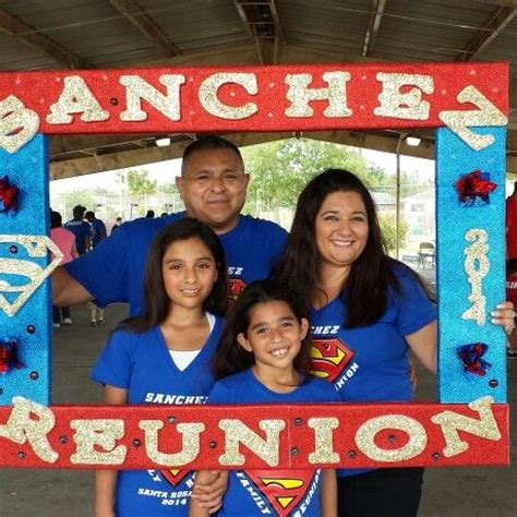 DIY Family Reunion Photo Frame Prop