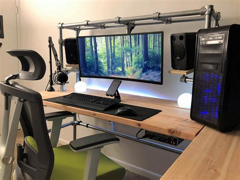Diy-Computer-Desk-For-Triple-Monitors