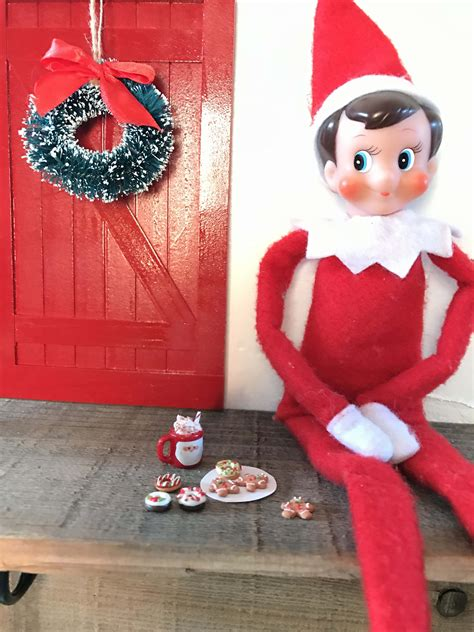 Diy-Elf-On-The-Shelf-Door