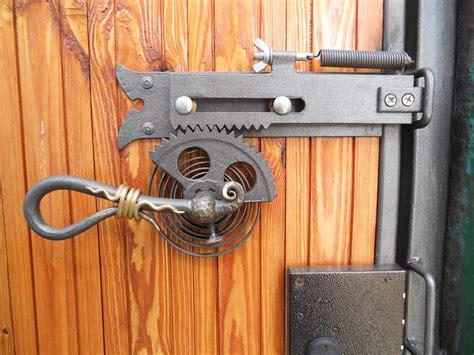 Diy-Metal-Locking-Door-Latch
