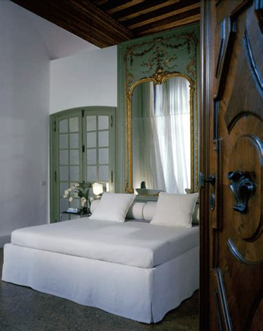Diy-Mirrored-Headboard-Usind-A-Old-Large-Bathroom-Mirror