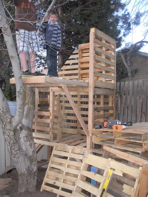Diy-Pallet-Treehouse