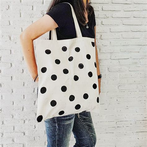 Diy-White-Favor-Box-And-Paint-Black-Dots-On-It