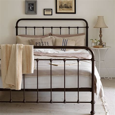 Farmhouse-Wrought-Iron-Bed