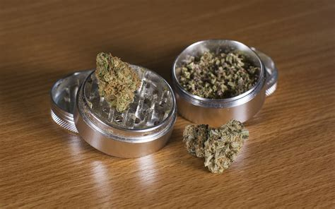 How To Use A Grinder Card For Marijuana Bud