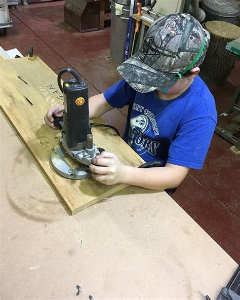 How To Use A Plunge Router Freehand