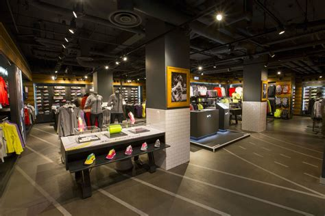 Nike Outlet Sneaker Shopping