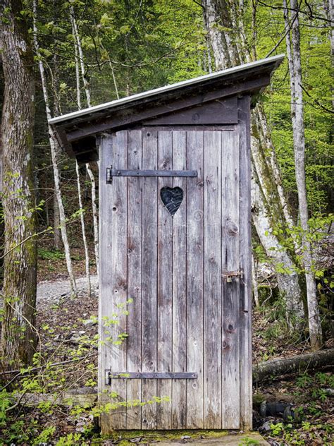 Old-Fashioned-Outhouse-Plans
