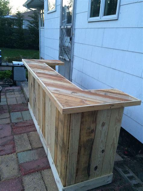 Pallet-Outdoor-Bar-Diy