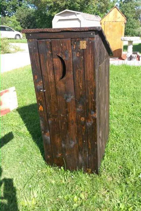 Pallet-Outhouse-Plans