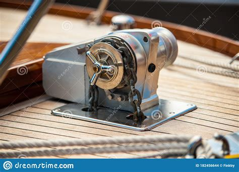 Wooden-Hand-Crank-Anchor-Winch-Plans