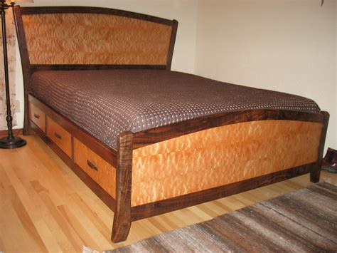 Building a beautiful queen size bed frame Image