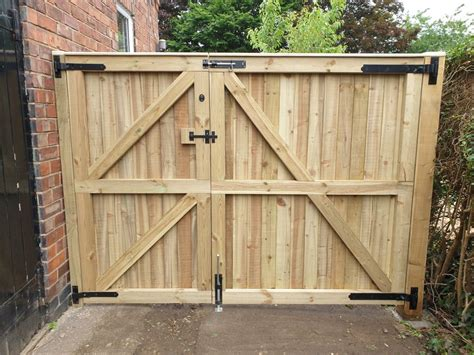 How to build a wood gate for a driveway Image