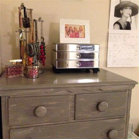 How to make furniture look shabby chic Image