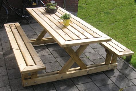 Making a picnic table Image