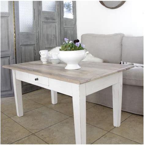 Weißer Holztisch